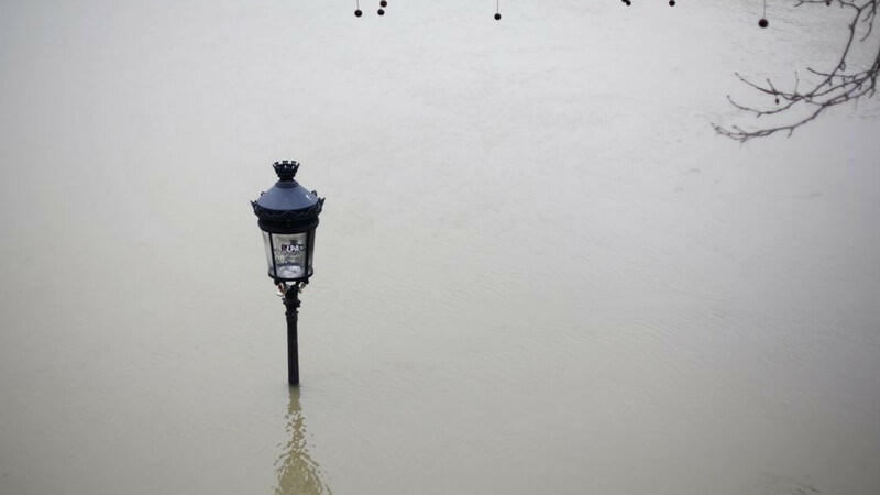 Lampost Drowned during paris floods