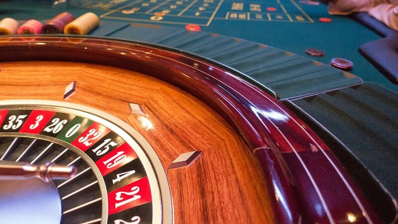 https://pixabay.com/photos/roulette-casino-black-red-dealer-1264078/